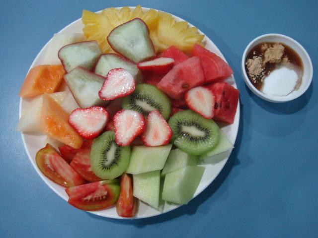 水果拼盘中有奇异果.番茄.草莓.凤梨.西瓜.杨桃.香瓜.莲雾等